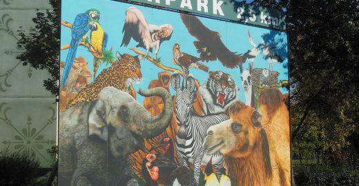 1280px-Wegweiser_zum_Tierpark_Cottbus